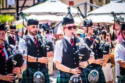 Joueurs de cornemuses lors d'un défilé